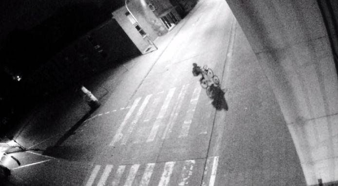 Om de hoek wordt de verdachte verder gefilmd. Na twee minuten te zijn verdwenen, fietst de man uiteindelijk de voetgangerstunnel, uiterst links in beeld, in.