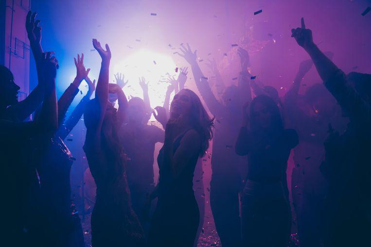 Psychologen waarschuwen voor een mogelijke feestperiode na de coronacrisis. 'Na het zoveelste feestje zal het genieten niet meer werken.' Beeld Shutterstock