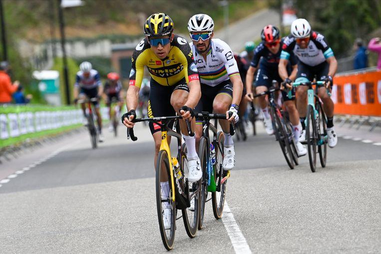 Wout van Aert versnelt op de Cauberg, met Julian Alaphilippe in het wiel. Beeld Photo News