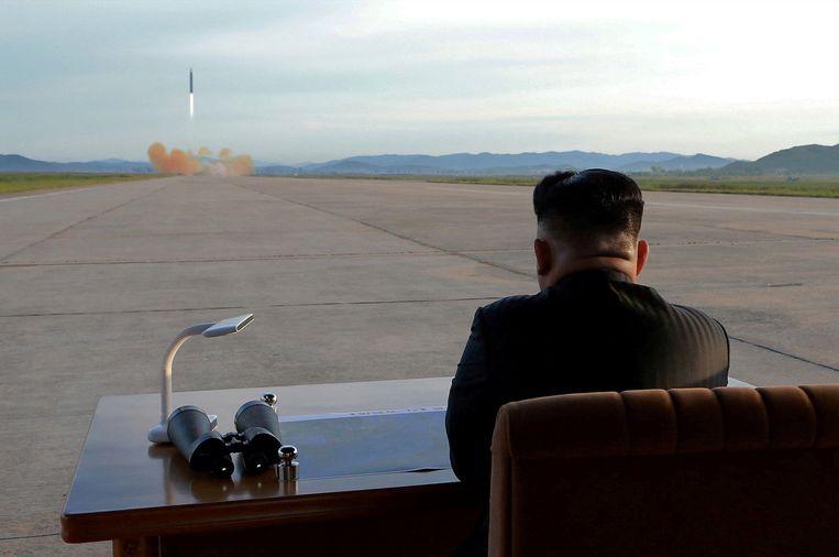 De Noord-Koreaanse leider Kim Jong Un kijkt naar de lancering van een Hwasong-12 raket.  Beeld REUTERS