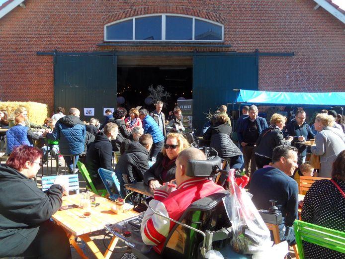 Gezellige drukte op het terras tijdens de Lente Farm Fair