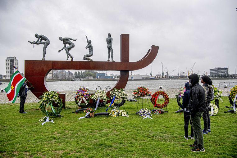 Kransen bij het slavernijmonument aan de Rotterdamse Lloydkade tijdens de herdenking van de afschaffing van de slavernij.  Beeld ANP