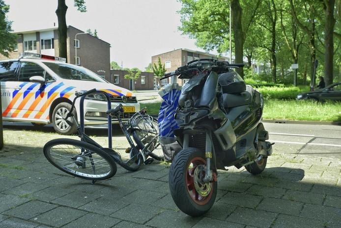 De scooter en fiets raakten flink beschadigd.