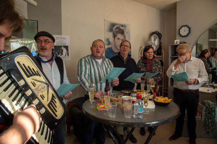 Kapper Wim Leirens stopt er na 46 jaar mee en klanten verrassen hem met een feestje. Dat zorgt voor emoties bij Wim (rechts op foto).