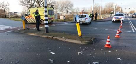 Gewonde bij ongeluk op kruising in Best, weg bezaaid met brokstukken