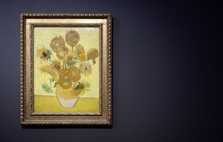 De 'Zonnebloemen' van Vincent van Gogh in Van Gogh Museum in Amsterdam. Beeld BELGAIMAGE