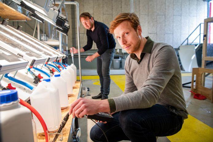 Alexander van der Kleij (rechts), co-founder van SolarDew en bedenker van het filtersysteem. Achter hem Peter-Jan Oene van waterschap Vallei & Veluwe.