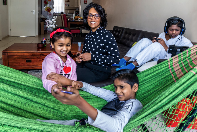 Natacia Hira Sing (44) en kinderen.