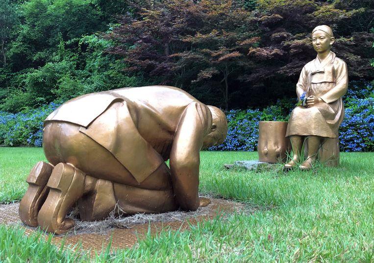 Een bronzen beeld van een man die knielt voor een 'troostmeisje' in de botanische tuin in Pyeongchang. Beeld EPA
