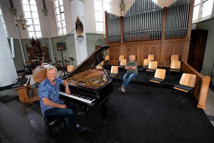 Ben Simmes (links) en Michiel Pouwels bij de nieuwe vleugel in de Sint Martinuskerk.