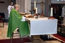 Pastoor Jan van Noorwegen kan niet meer achter het altaar staan. Een barkruk van restaurant Rodeo, naast zijn kerk, biedt uitkomst.