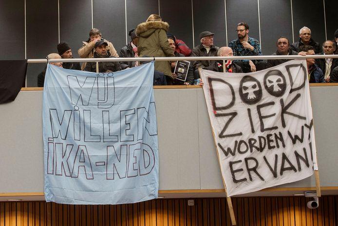 Protest op de publieks tribune tegen het gebruikte Chroom 6 tijdens een raadsvergadering