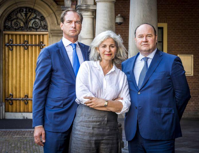 Dorien Rookmaker te midden van Jeroen de Vries en Henk Otten. De Eerste Kamerleden van Forum voor Democratie, Rookmaker en De Vries, sloten zich in augustus aan bij de vooralsnog naamloze partij van de geroyeerde Otten.