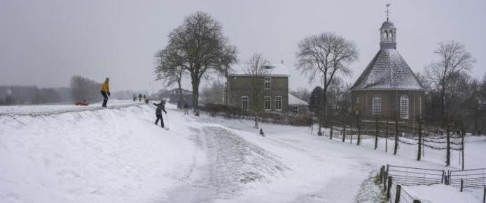Sneeuwpret bij Boven-Leeuwen op maandag.