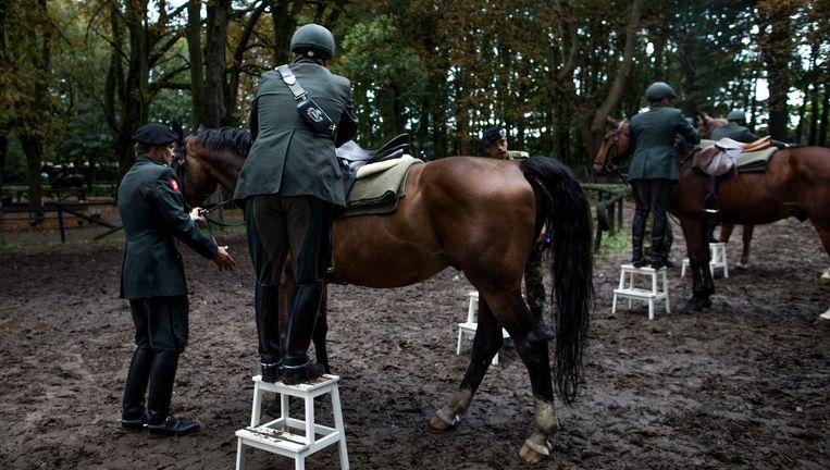 Renbaan Duindigt: de Cavalerie Ere-Escorte bereidt zich elk jaar vier dagen voor op Prinsjesdag. Beeld Freek van den Bergh / de Volkskrant