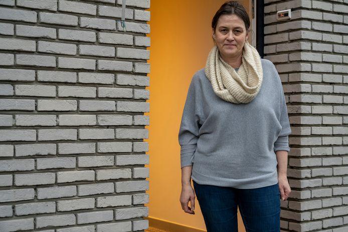 """Katrien Lauwaet is voor de zoveelste keer getest op het coronavirus. """"Het is een extra bekommernis als mantelzorger voor mijn ouders"""", zegt ze."""