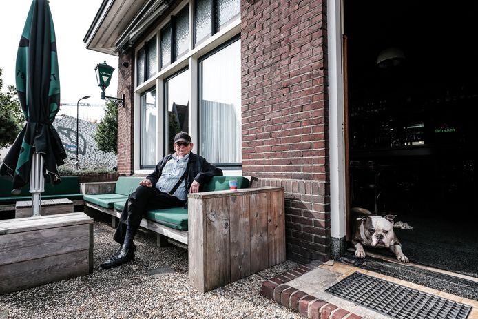 Theo Masselink met zijn Amerikaanse buldog Chico voor het supporterscafé.