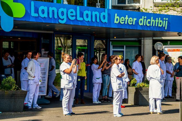 Het personeel van het LangeLand ziekenhuis voor de ingang tijdens een huldeblijk van brandweer, politie en handhaving  tijdens de eerste coronagolf.