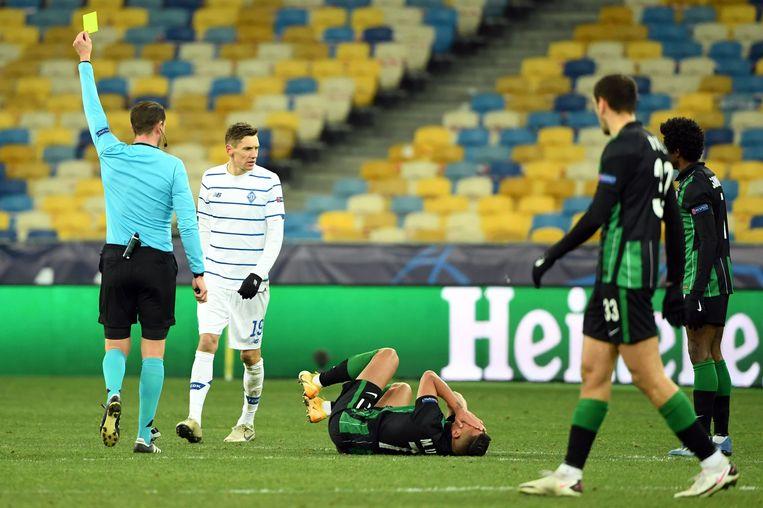 Myrto Uzuni van Ferencvaros rolt over het gras tijdens de Champions League-wedstrijd tegen Dinamo Kiev van dinsdag. Beeld AFP