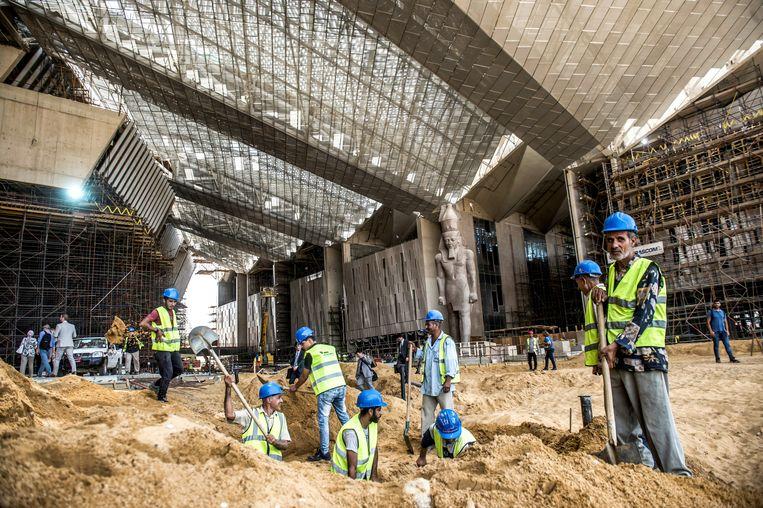 Het peperdure museum, op zo'n 15 kilometer van het centrum van Caïro, wordt grotendeels gefinancierd met leningen uit Japan. Beeld AFP