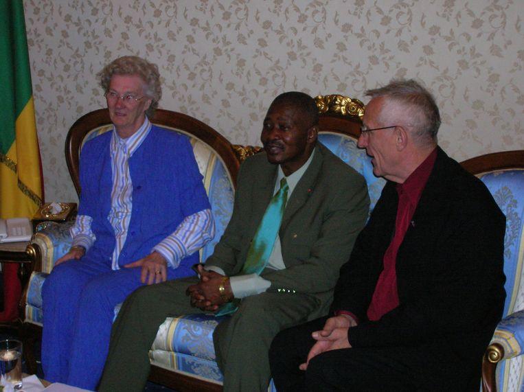 Gonny en Joop op bezoek bij de president van Mali, Amadou Toumani Touré, in 2004. Beeld Familie Van Stigt