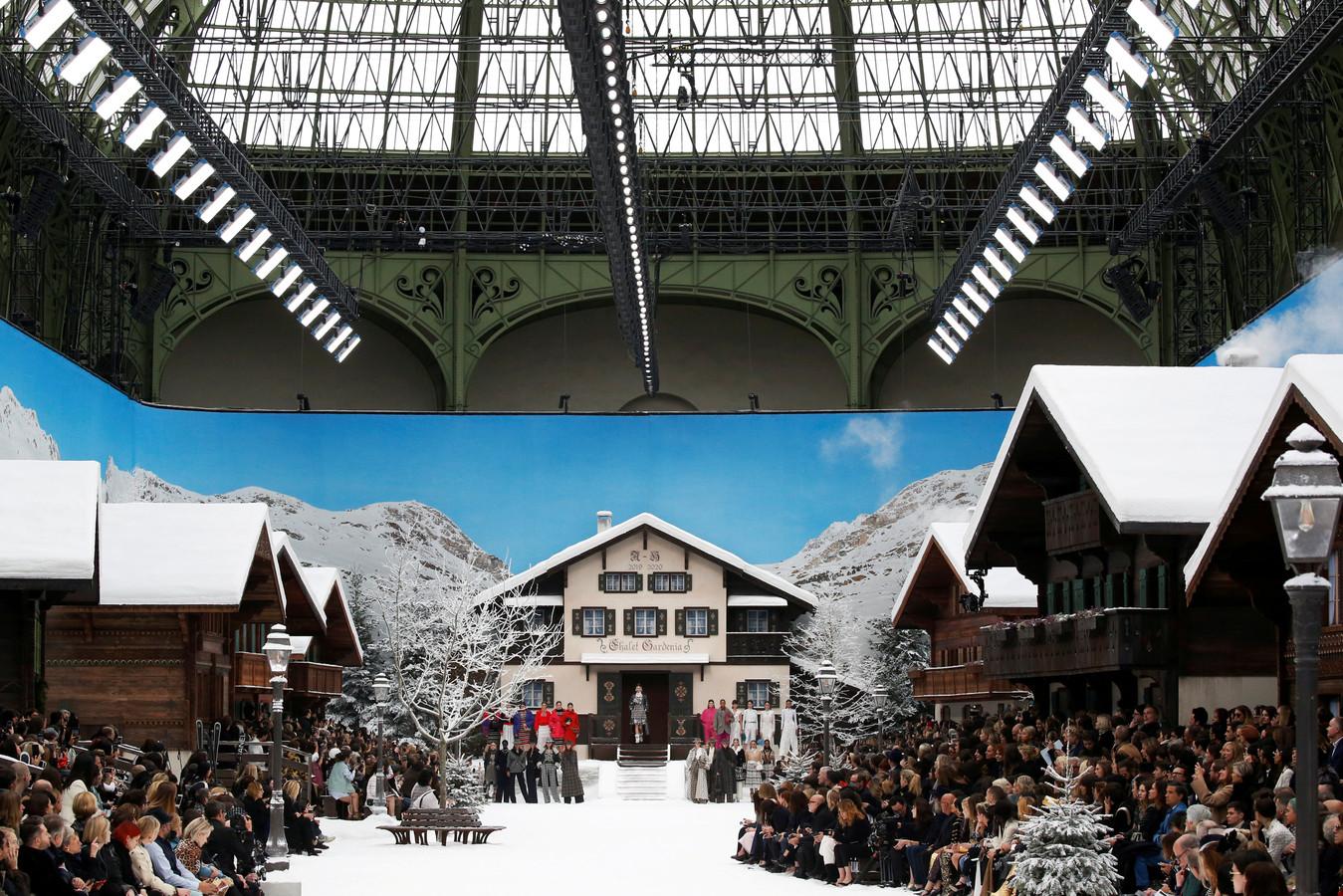 Grote modemerken haalden afgelopen jaren alles uit de kast om hun shows op de kaart te zetten. Zoals deze show van Chanel, vorig jaar maart tijdens de Parijse modeweek. Op een locatie in de Franse hoofdstad werd een wintersportdorp nagebootst.