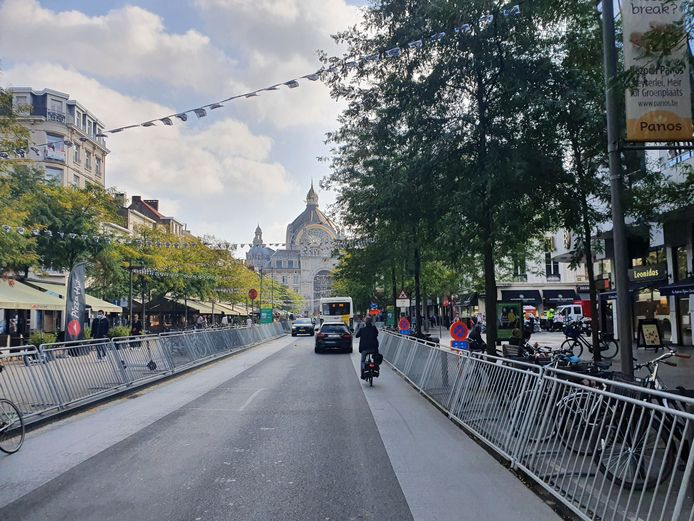 Het parcours loopt langs het magnifieke Centraal-Station. De Keyserlei werd voor de gelegenheid al met ijzeren hekken afgebakend, al is er nog doorlopend verkeer mogelijk.