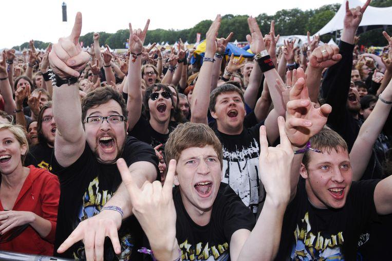 Jongeren gaan uit de bol tijdens de Graspop Metal Meeting.