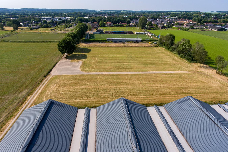 De kippenfarm met op de achtergrond het sportcomplex en daarachter De Linde. Hier wil Jacobus van Veen een nieuw woonwijkje bouwen.