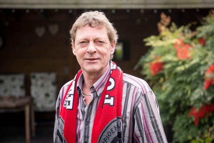Peter Mos (60) met zijn FC Twente-shawl. De pieptoon in zijn oor drijft hem naar euthanasie.