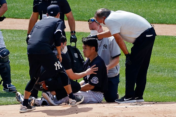 Masahiro Tanaka wordt verzorgd.