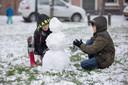Kinderen maken een sneeuwpop op de Ring van Dreischor