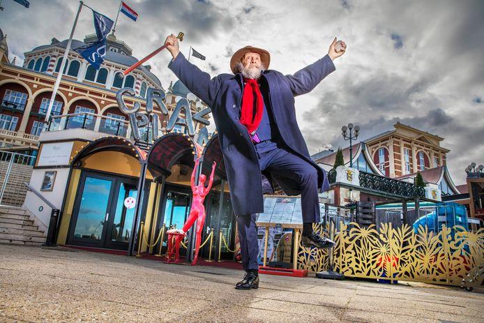 Ronald Parijs, de man die viral ging met een filmpje waar hij spontaan begon te dansen bij een straatmuzikant. Hier staat hij bij de Crazy Pianos, de plek waar hij leerde dansen.