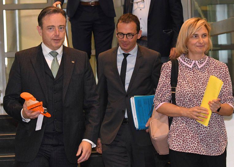 N-VA-voorzitter en formateur Bart De Wever samen met CD&V-voorzitter Wouter Beke en Hilde Crevits bij de eerste ronde van de onderhandelingen.