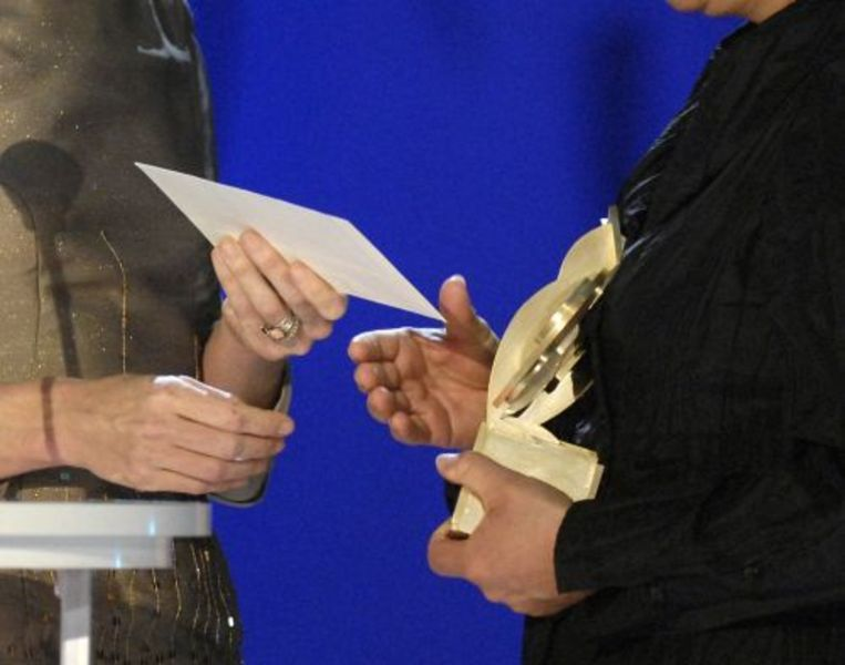 Een eerdere winnaar neemt de Gouden Uil in ontvangst. ANP Beeld