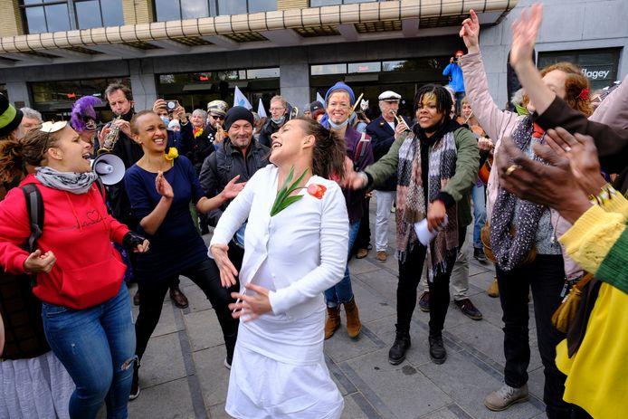 Mensen zingen tijdens de tweede versie van La Boum.