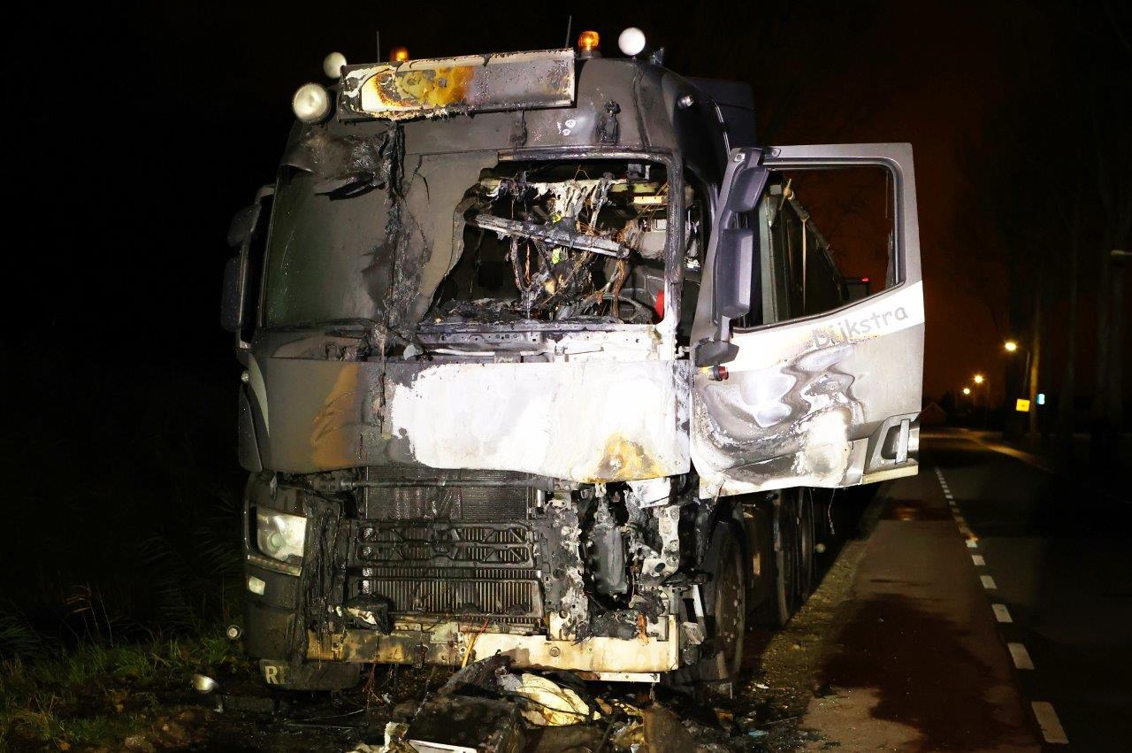 Eerder die nacht vatte ook een vrachtwagen vlam.