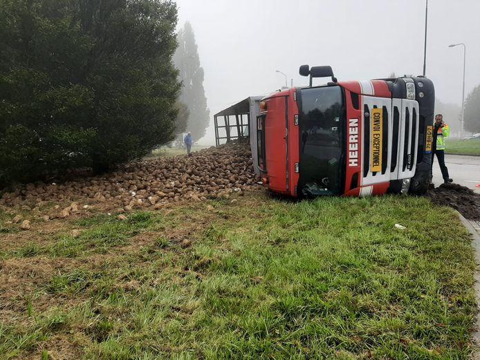 Vrachtwagen gekanteld op rotonde bij Stampersgat.