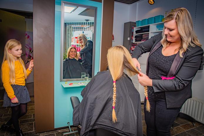 Mila Verschoor en dochter Annemijn laten hun haar knippen voor kankerpatienten