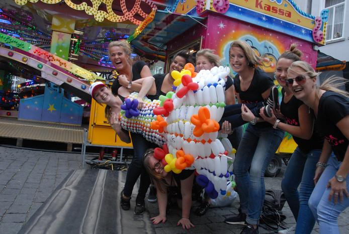 De in een ballonnenjurk getooide Fanny Aarts(27) uit Deurne viert haar vrijgezellenfeest, waarbij ze de opdracht krijgt om 250 punten te verzamelen. Een foto in de krant levert 100 punten op, een foto op de website 50 punten
