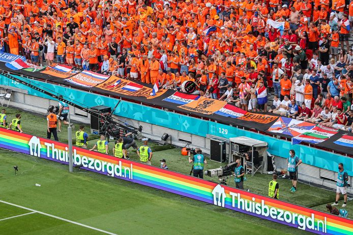 Een reclame van Thuisbezorgd.nl met een regenboogvlag tijdens de UEFA EURO 2020 wedstrijd tussen Nederland en Tsjechië.