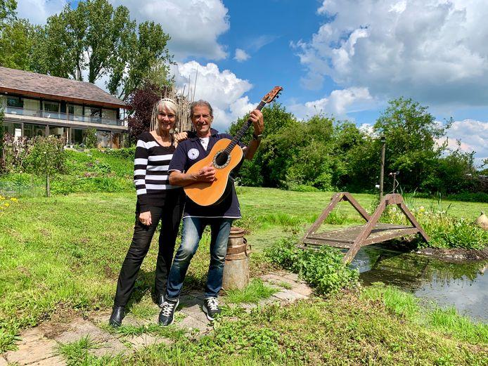 Saskia en Serge achter hun huis in Spijk, waar ze vanaf het begin van de coronacrisis zeker veertien maanden in zelfisolatie hebben gezeten.