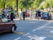 Dubbel ongeluk in Apeldoorn: een fiets en twee auto's in kreukels