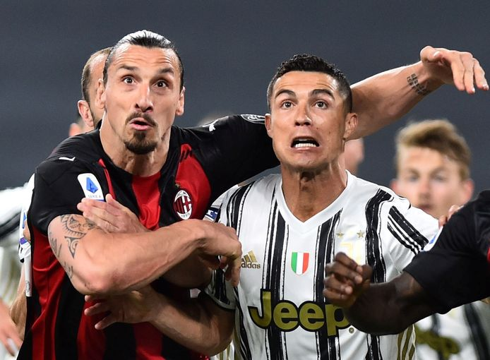 Zlatan Ibrahimovic in duel met Cristiano Ronaldo, vijfvoudig winnaar van de Ballon d'Or.