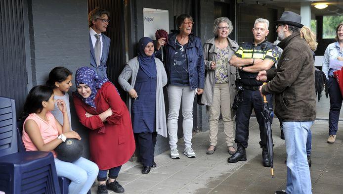 Burgemeester Bolsius in gesprek met buurtbewoners van de Koppel.