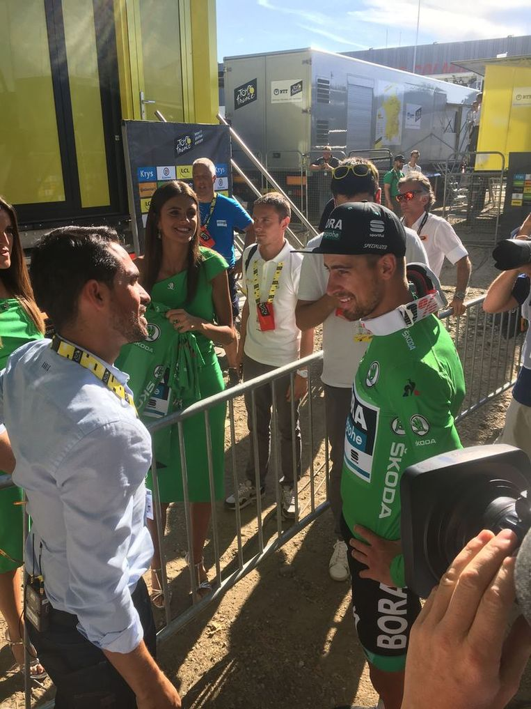 Sagan krijgt felicitaties van Contador (analist Eurosport).