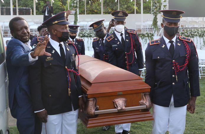 Soldaten dragen de kist van de vermoorde Haïtiaanse president Jovenel Moise tijdens zijn begrafenis.
