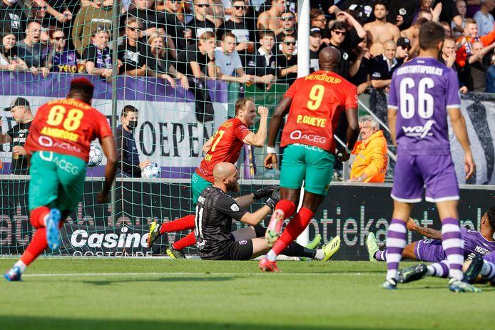 Brecht Capon scoort de 2-0.