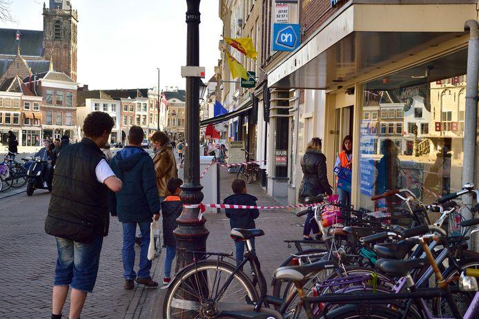 Albert Heijn limiteert het aantal klanten dat gelijktijdig in de smalle winkel mag zijn.