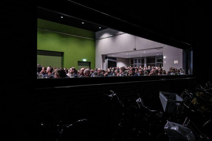 De grote zaal van de Mattelier zat maandagavond vol met mensen die de plannen rond de bouw van de mestvergistingsinstallatie wilden aanhoren.